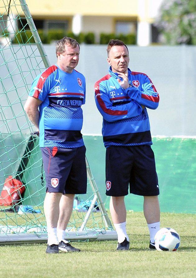 Trenéři české fotbalové reprezentace Pavel Vrba a asistent Karel Krejčí (vpravo).