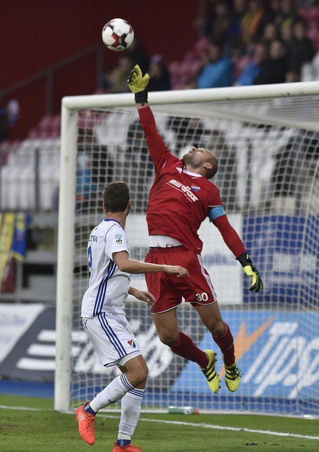 Brankář Baníku Ostrava Petr Vašek zasahuje během ligového utkání v Jihlavě.