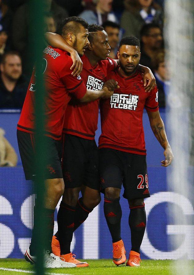 Salomon Rondon, Saido Berahino a Stephane Sessegnon oslavují vedoucí trefu West Bromu na hřišti Leicesteru.