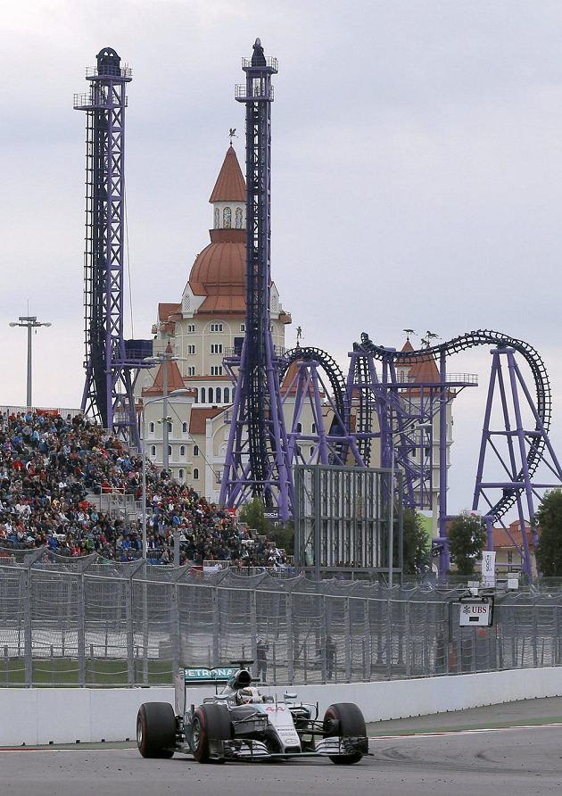 Lewis Hamilton na okruhu v Soči.