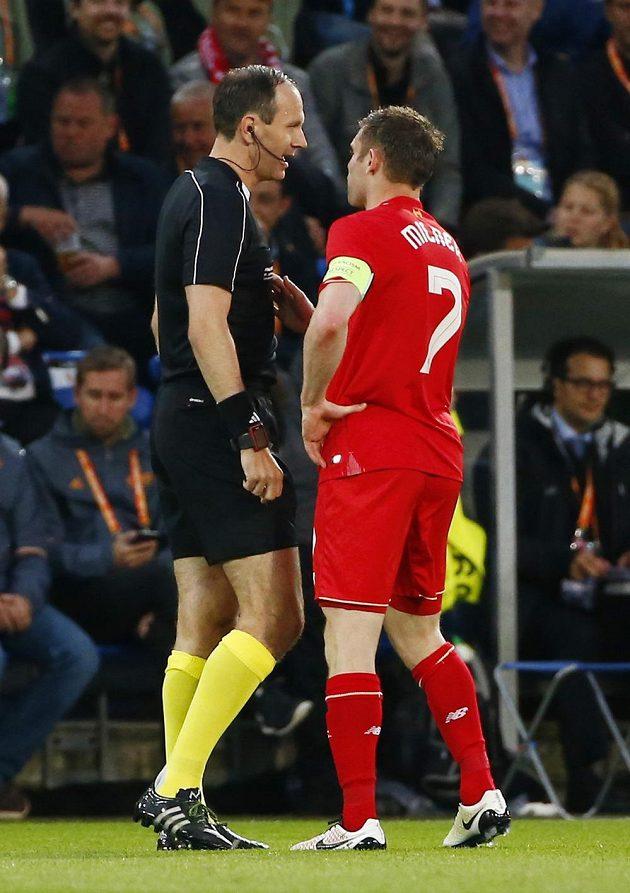 Liverpoolský James Milner v rozmluvě s Jonasem Erikssonem ve finále Evropské ligy.