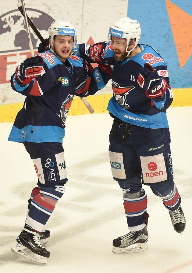 Zleva Adam Raška a střelec Petr Koblasa z Chomutova se radují z prvního gólu v Třinci.
