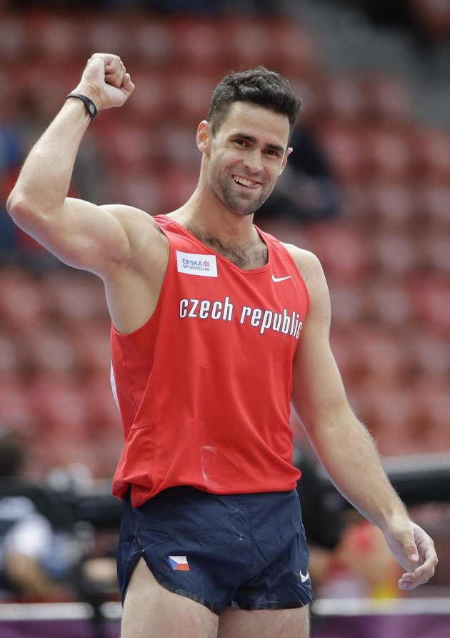 Tyčkař Jan Kudlička se raduje z postupu do finále.