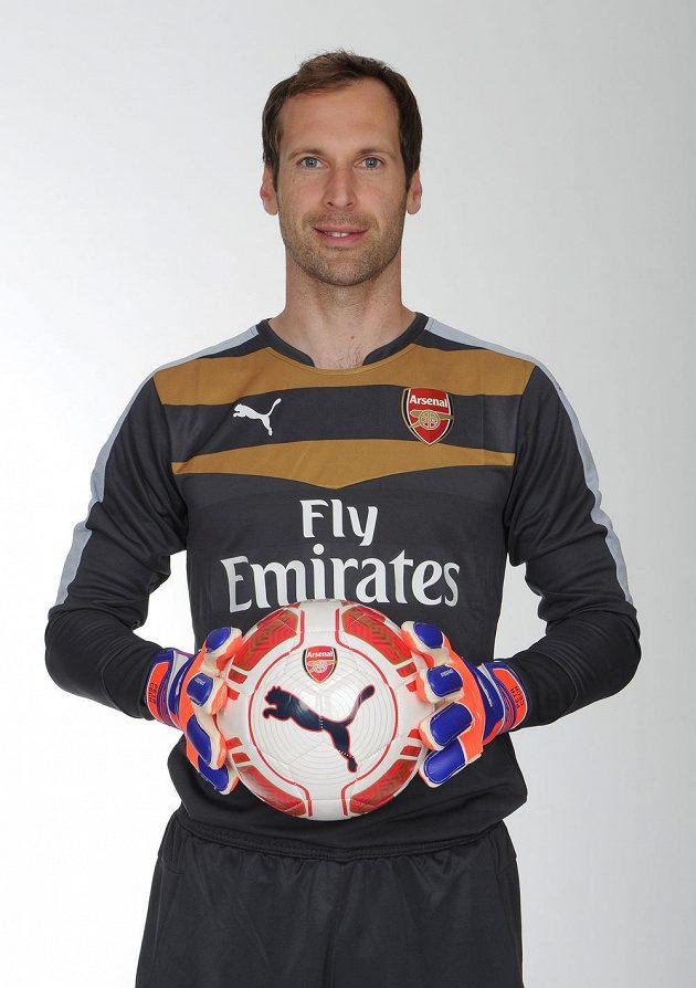 Fotbalový brankář Petr Čech se představil v dresu Arsenalu, kam přestoupil z Chelsea.