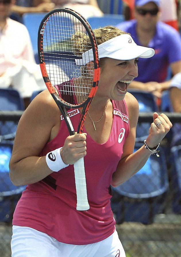 Švýcarka Timea Bacsinszká se raduje z vítězství nad českou tenistkou Kateřinou Siniakovou v úvodním kole Australian Open.