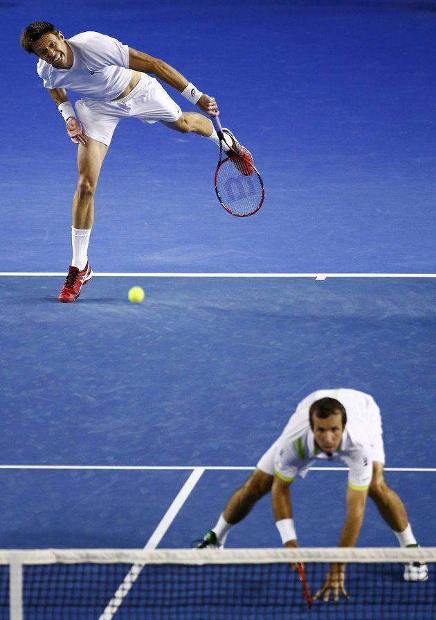 Kanaďan Daniel Nestor podává ve finále debla na Australian Open. U sítě je Radek Štěpánek.