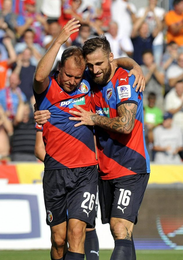 Plzeňští fotbalisté Daniel Kolář a Jan Holenda se radují z prvního gólu Plzně.