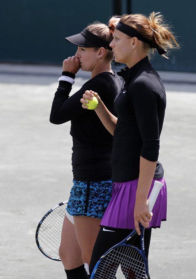 Američanka Bethanie Matteková-Sandsová a Lucie Šafářová (vpravo) ve finále čtyřhry na turnaji v Charlestonu.