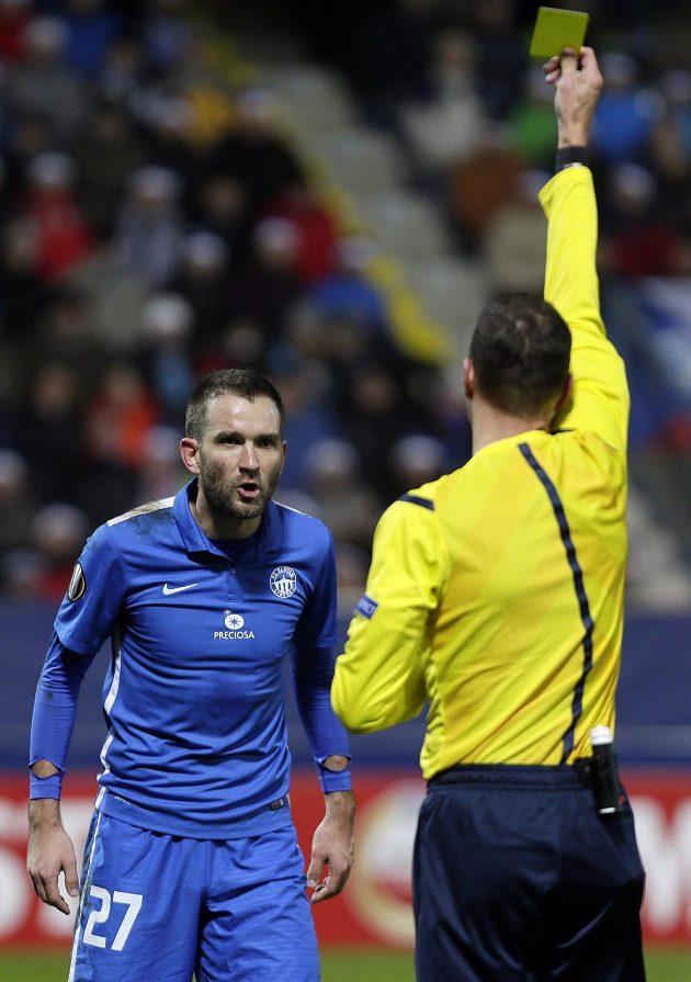 Marek Bakoš z FC Slovan Liberec (v modrém) dostává žlutou kartu v zápase Evropské ligy proti Marseille.
