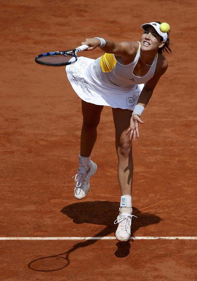 Španělská tenistka Garbiňe Muguruzaová podává ve čtvrtfinále French Open proti Lucii Šafářové.