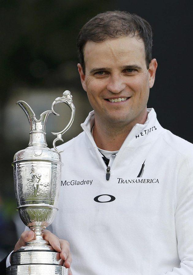 Zach Johnson pózuje s trofejí pro vítěze British Open.