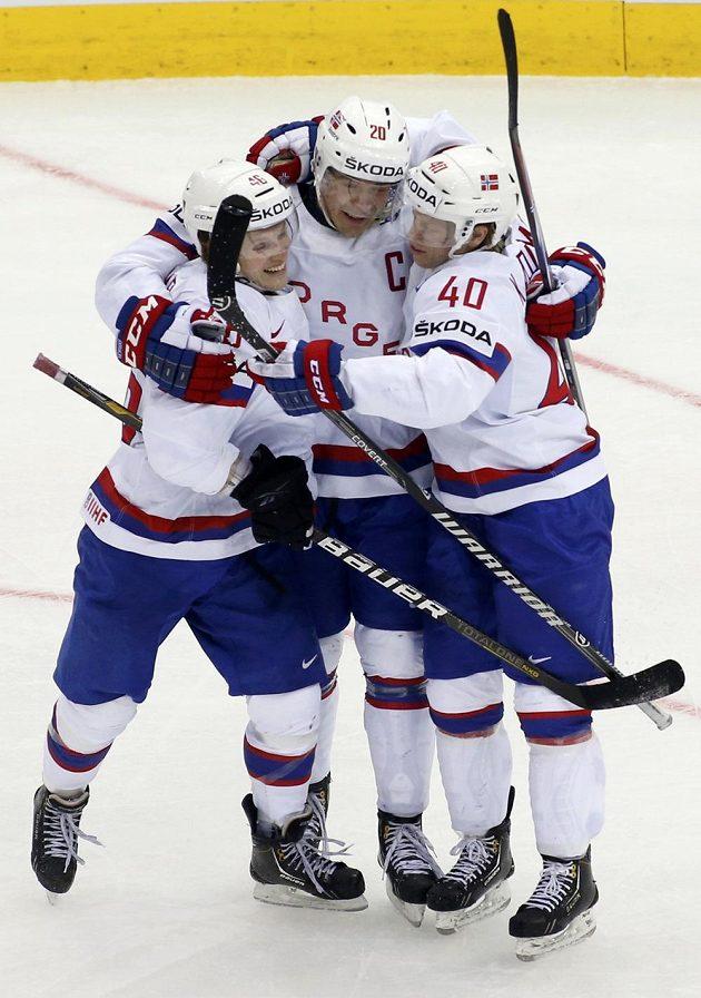 Norský kapitán Anders Bastiansen (uprostřed) slaví se spoluhráči gól proti Itálii na mistrovství světa v Bělorusku.