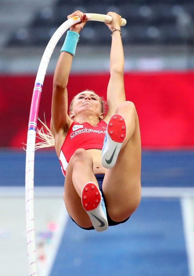 Česká tyčkařka Amálie Švábíková ve finále ME v Berlíně.
