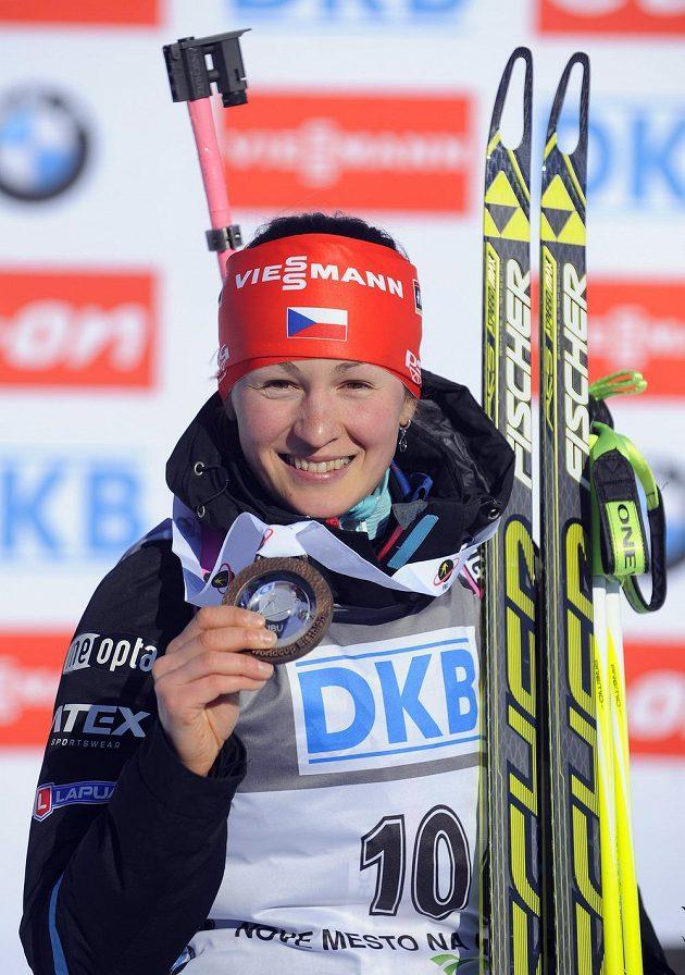 Veronika Vítková pózuje s bronzovou medailí ze sprintu v Novém Městě.