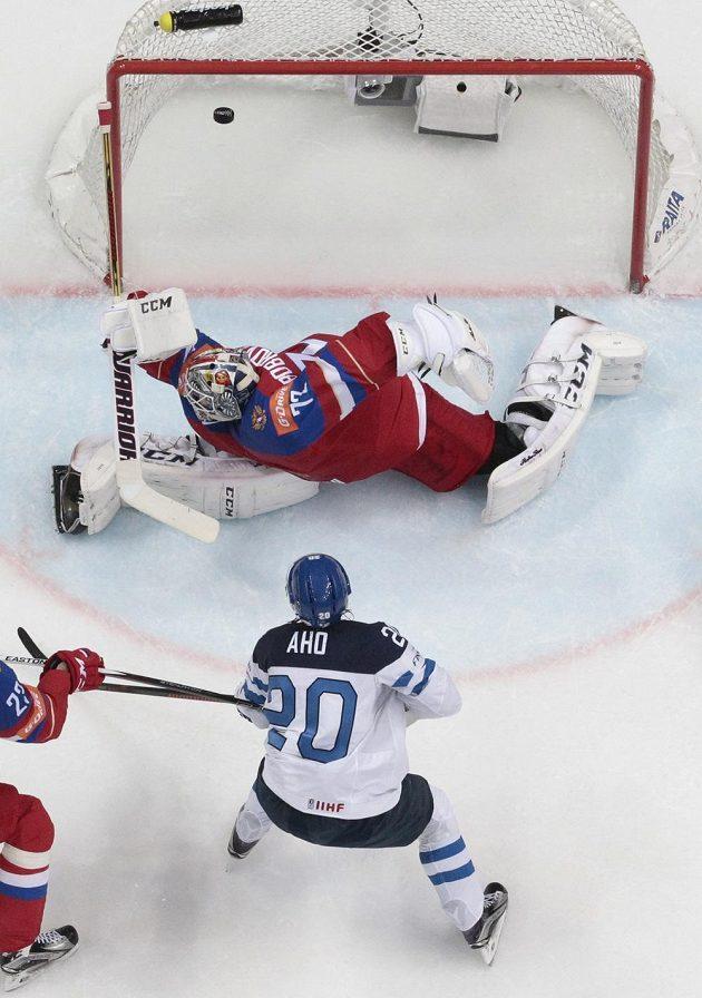 Fin Sebastian Aho střílí gól ruskému brankáři Sergeji Bobrovskému.