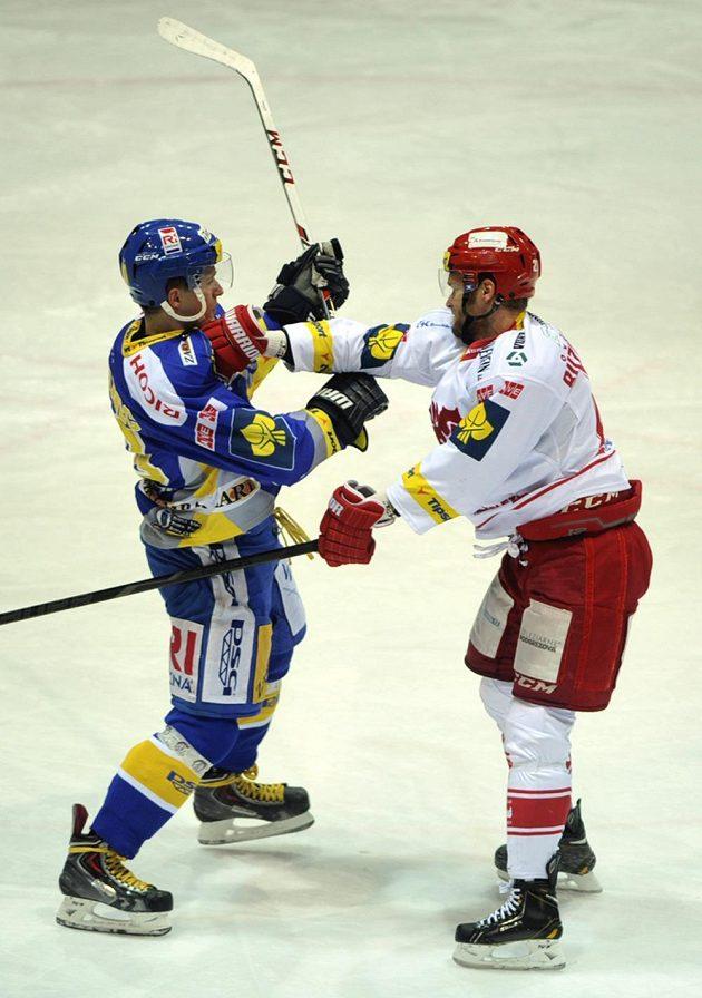 Patrik Urbanec ze Zlína (vlevo) v souboji s třineckým útočníkem Martinem Růžičkou.