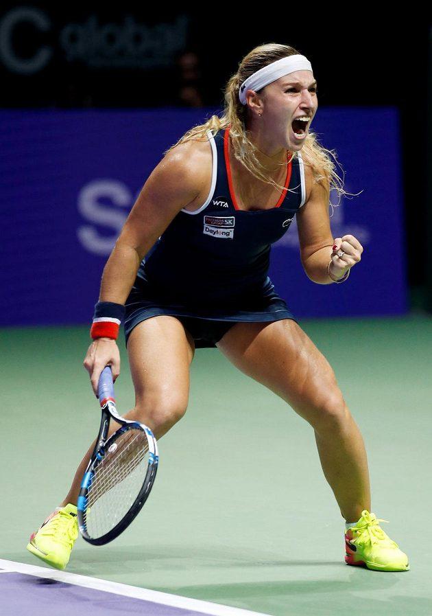 Slovenská tenistka Dominika Cibulková slaví vítězství nad Rumunkou Simonou Halepovou na Turnaji mistryň.