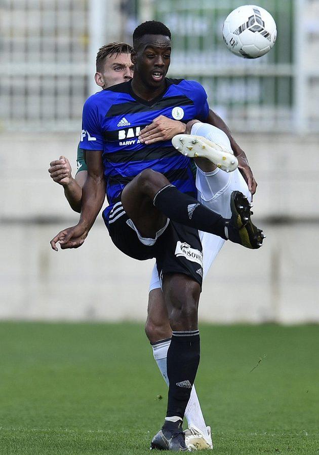 Ibrahim Keita z Bohemians a za ním Tomáš Břečka z Jablonce v akci během úvodního zápasu ligy.