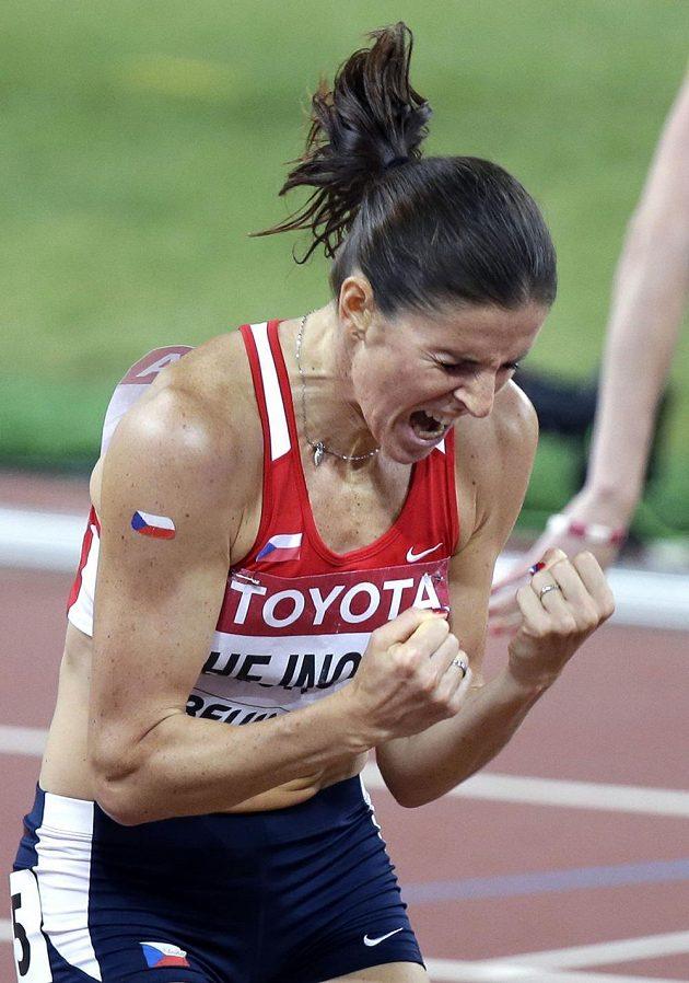 Zuzana Hejnová jásá po doběhu finále na 400 m překážek při MS v Pekingu.