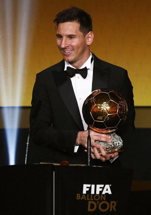 Argentinec Lionel Messi se Zlatým míčem FIFA pro nejlepšího fotbalistu za rok 2015.