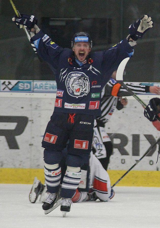 Liberecký Petr Vampola se raduje po vstřeleném gólu proti Chomutovu.