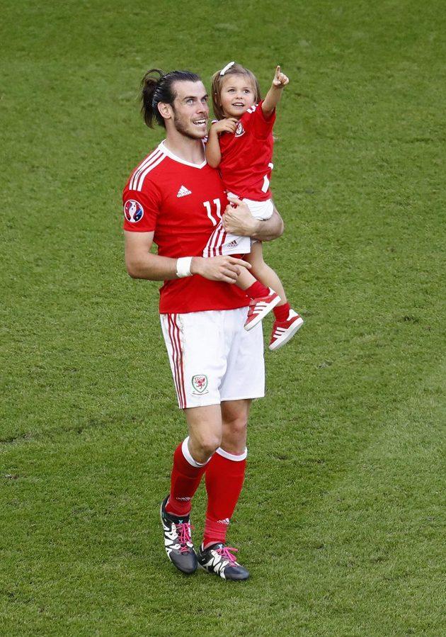 Gareth Bale s dcerkou Albou Violet na trávníku po utkání se Severním Irskem.