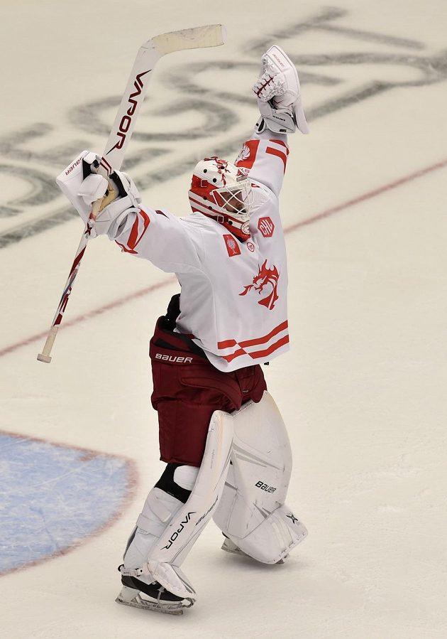 Brankář Třince Patrik Bartošák se raduje po zápase s Lahti.