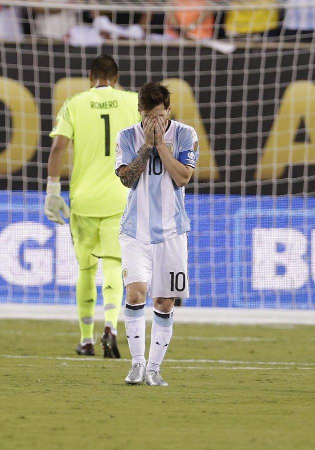 Argentinská hvězda Lionel Messi (10) po neproměněné penaltě v rozstřelu finále s Chile.