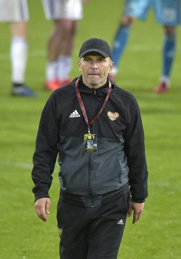 Zklamaný trenér Dukly Praha Roman Skuhravý odchází z hřiště po skončení zápasu. Dukla opouští nejvyšší soutěž.