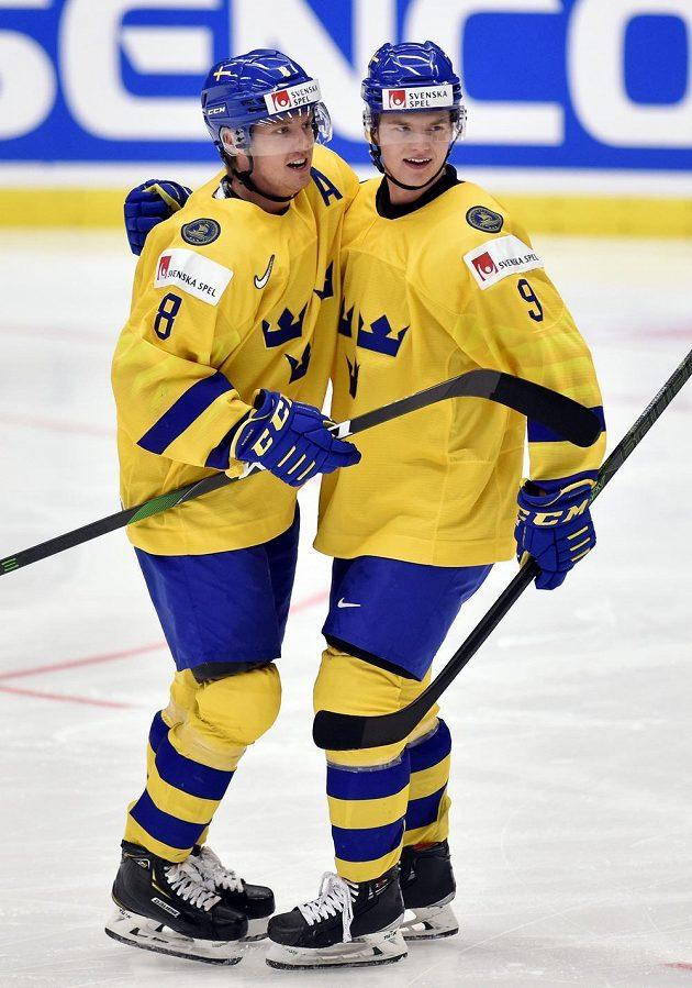 Zleva Rasmus Sandin ze Švédska a Victor Söderström ze Švédska se radují z gólu.