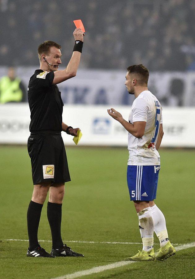 Hlavní rozhodčí Ondřej Berka dává červenou kartu Adamu Jánošovi z Ostravy.