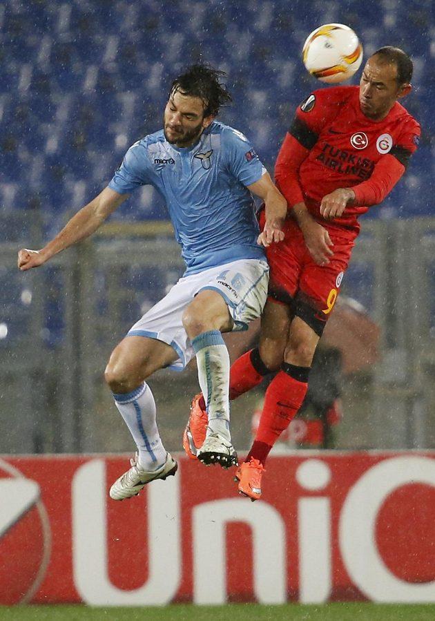 Říman Marco Parolo (vlevo) v bitvě Lazia proti Galatasaray Istanbul.