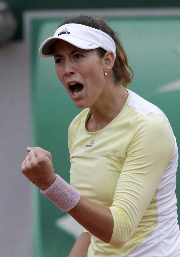 Španělská tenistka Garbiňe Muguruzaová se raduje z postupu do finále French Open.