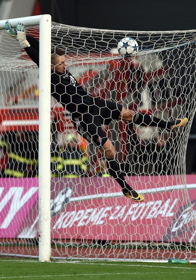Brankář Martin Šustr z Baníku Ostrava si tentokrát mohl oddechnout. Míč po útoku Mladé Boleslavi skončil na horní síti. Baník ale zápas prohrál 0:1.