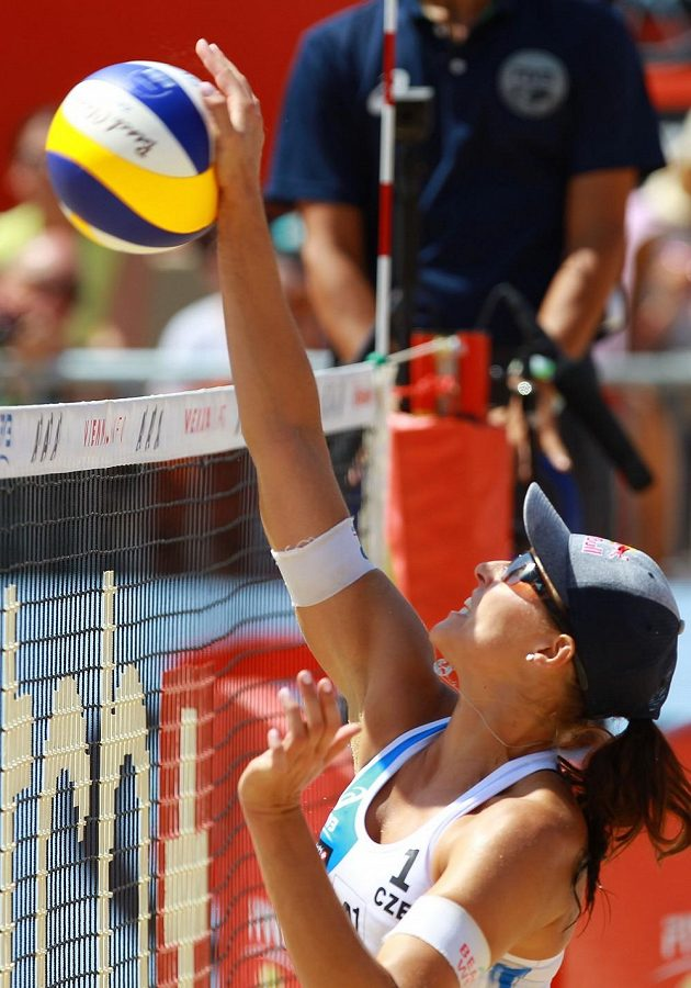 Barbora Hermannová smečuje během osmifinálového zápasu s USA.