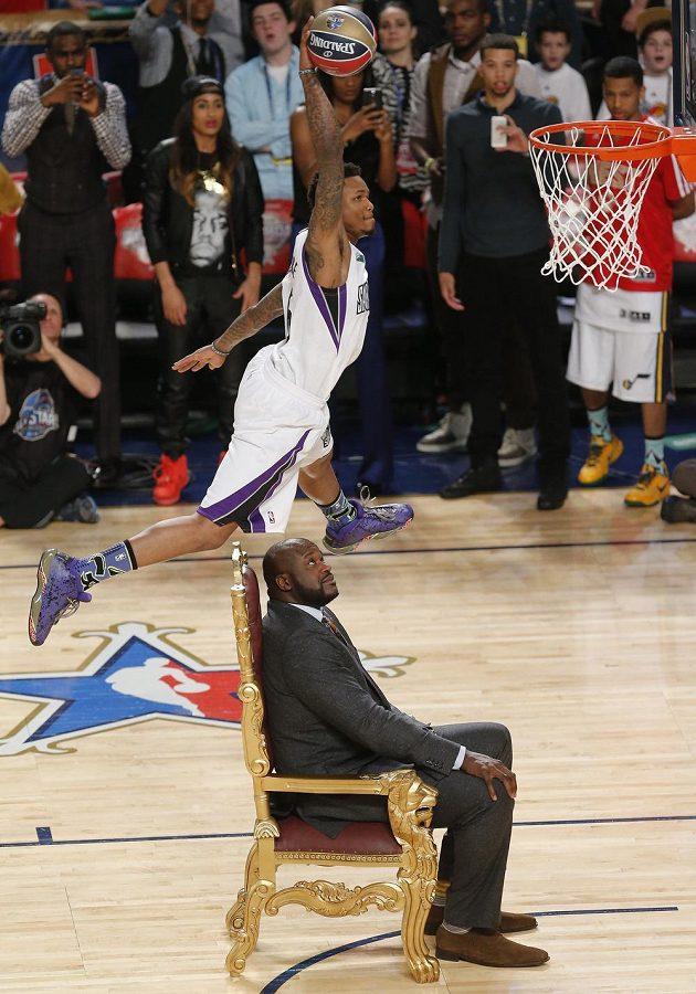 McLemore dává koš při skoku přes O'Neala. Jeden z pamětihodných kousků dovednostních soutěží Utkání hvězd NBA.