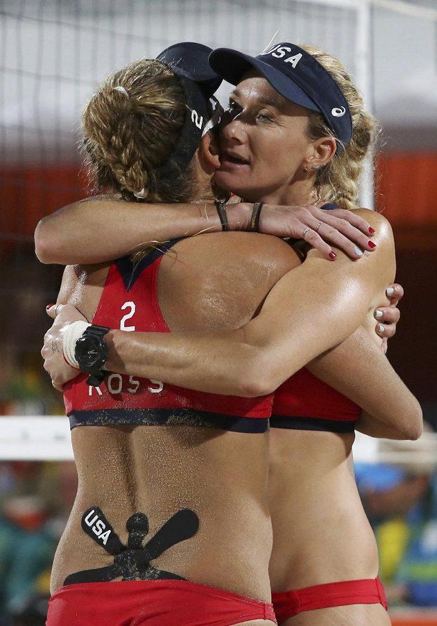 Žhavé obejmutí. Američanky Kerri Walshová a April Rossová se radují na Copacabaně při plážovém volejbalu.
