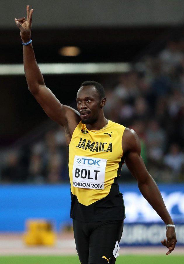 Sprinterský král Usain Bolt zdraví diváky na stadiónu v Londýně po výhře v rozběhu.