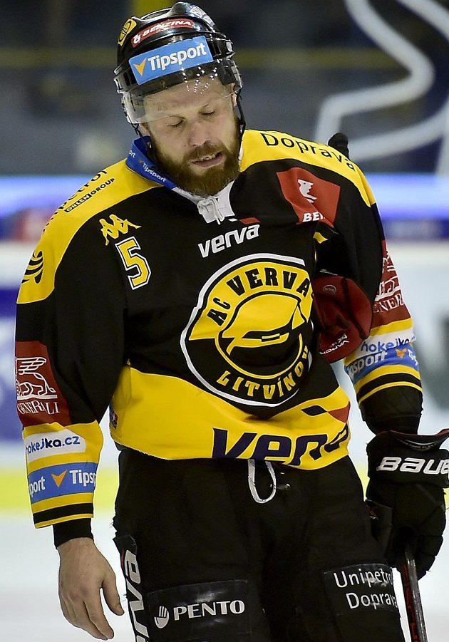 Smutný kapitán Litvínova Michal Trávníček odjíždí z ledu po prohraném utkání s Vary.