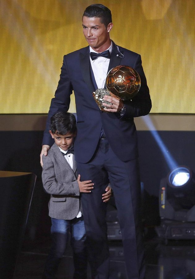 Cristiano Ronaldo, držitel Zlatého míče FIFA 2014, na pódiu v rámci vyhlášení zapózoval i se synem.