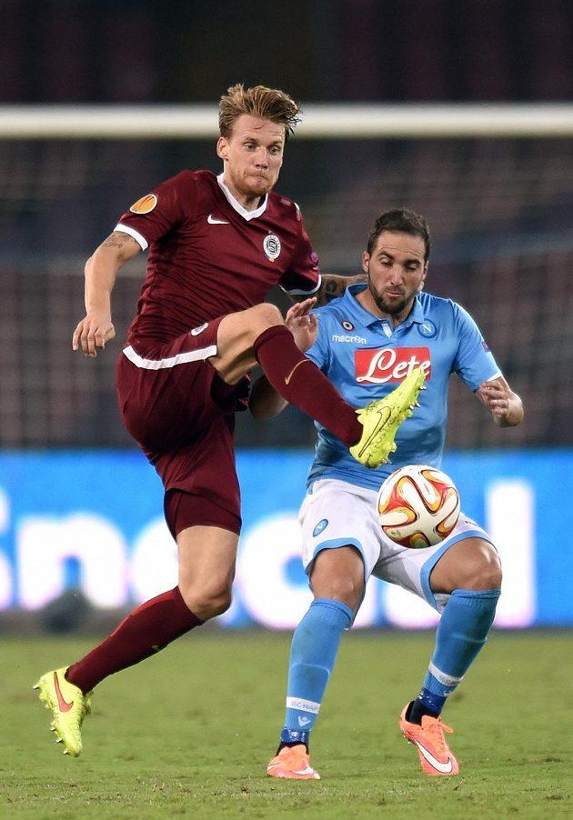 Sparťanský stoper Radoslav Kováč (vlevo) se snaží dostat k míči přes neapolského útočníka Gonzala Higuaína.