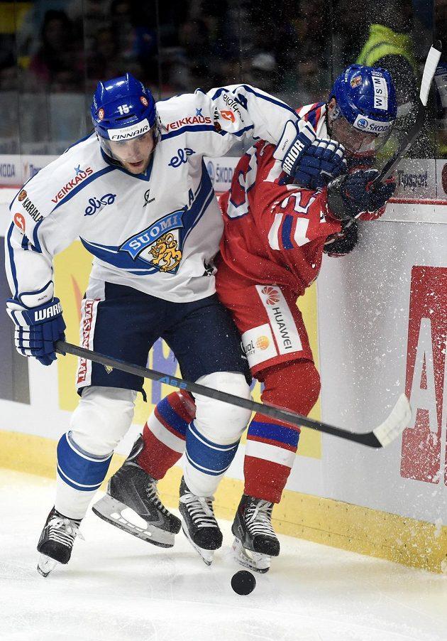V ostrém souboji Tuomo Ruutu z Finska a český obránce Ondřej Němec (vpravo).