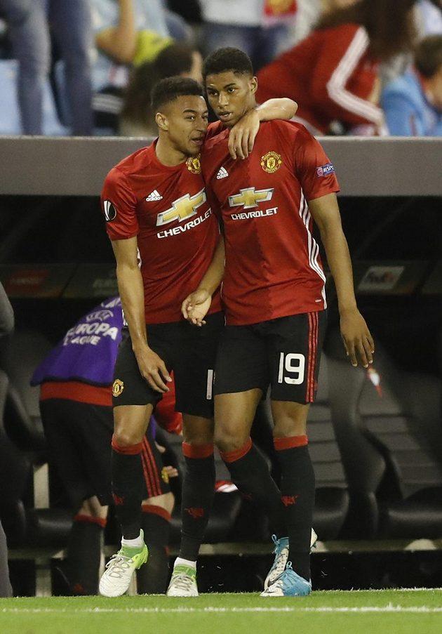 Střelec gólu United Marcus Rashford (vpravo) přijímá gratulace od spoluhráče Jesseho Lingarda.