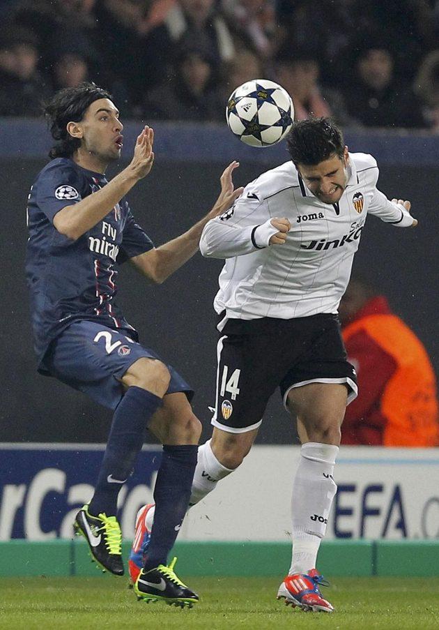 Javier Pastore (vlevo) z Paris St. Germain v souboji s Antoniem Barraganem z Valencie.