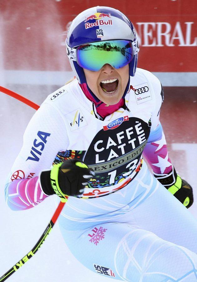 Lindsey Vonnová v cíli závodu ve sjezdu ve švédském Aare.