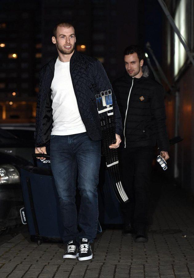 Vladimír Svačina (vpředu) a Ondřej Roman přicházejí na sraz hokejové reprezentace před dvojutkáním s Ruskem.