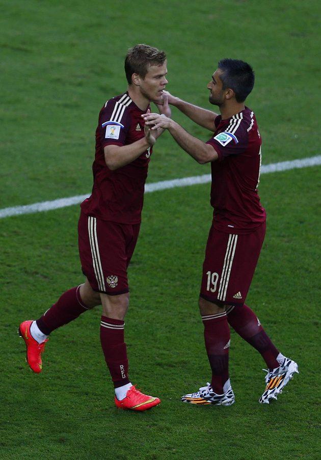 Alexandr Kokorin (vlevo) a Alexandr Samedov slaví vedoucí gól Ruska nad Alžírskem.