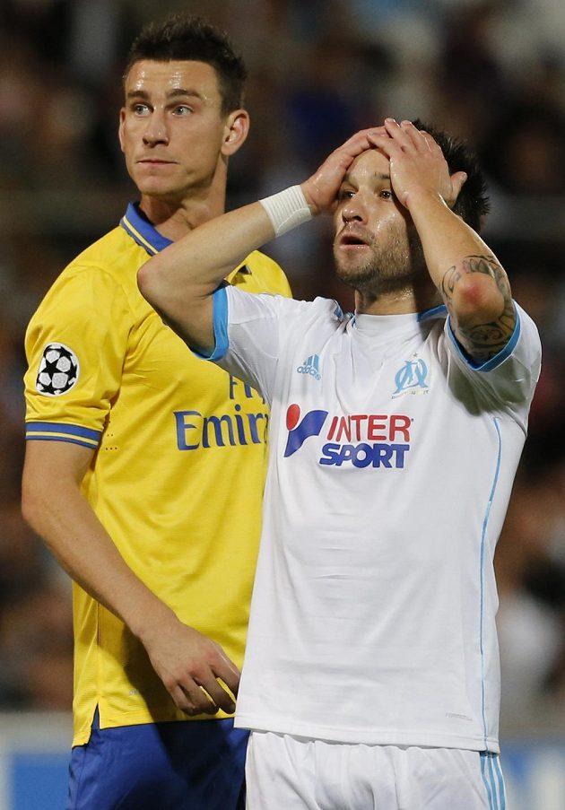 Záložník Marseille Mathieu Valbuena (vpravo) se chytá za hlavu po neproměněné šanci proti Arsenalu. Vlevo obránce londýnského celku Laurent Koscielny.
