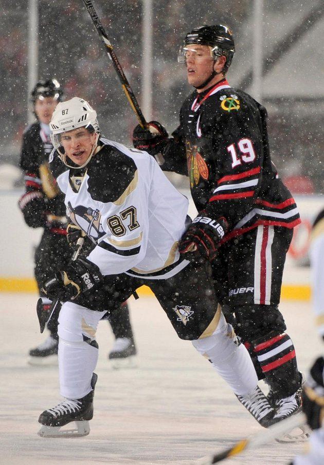 Sněhování vánice hokeji na kráse nepřidala. Na snímku kapitáni mužstev Crosby (vlevo) a Toews.