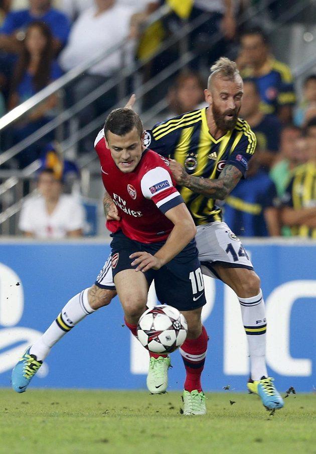 Jack Wilshere z Arsenalu (vlevo) bojuje o míč s Raulem Meirelesem, záložníkem Fenerbahce.